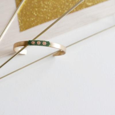 bracelet OUMOU  ::vert / 3 fleurs pêche&doré::